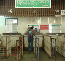 Estación de ferrocarril de Rangún. A observar los números de las ventanillas.