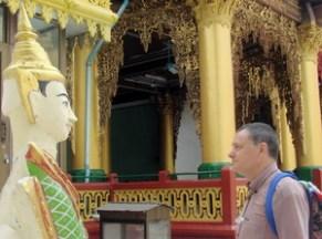 Pagoda Shwedagon. El autor frente a su avatar.