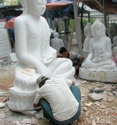Esculpiendo  Budas. Los chicos.