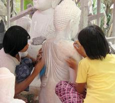 Esculpiendo a Buda. Ellas.