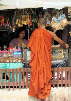 Monje de Mandalay  comprando betel.