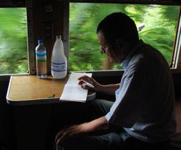 El autor escribiendo el diario del viaje.
