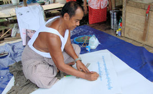 Calígrafo y rotulista en mercado de Sinbo.