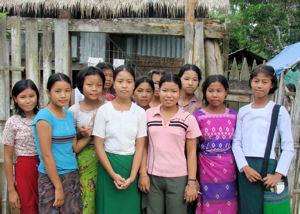 Jovencitas de Sinbo en una residencia de estudiantes.