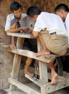 Mandalay. Mercado de jade. Pulidores.