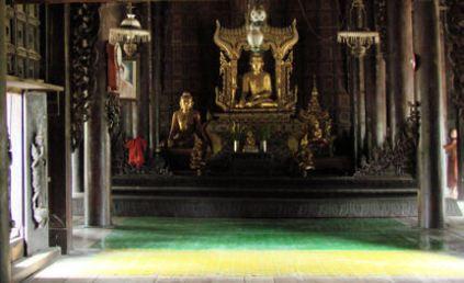Shwe In Bin Kyaung. Obsérvese el monje limpiador en el extremo izquierdo.