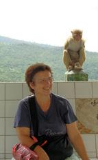 Maria Jesús y el macaco en el Monte Popa