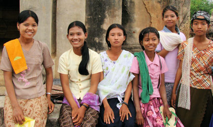 Jóvenes turistas birmanas en Old Bagan.