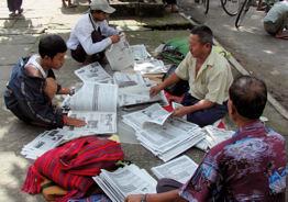 Montadores de periódicos en Rangún.