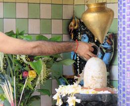 Brazo brahmánico en rito purificador.