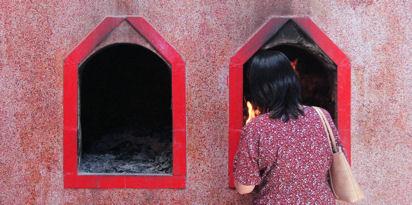 Quemando malos pensamientos (?) en un templo chino de Rangún.