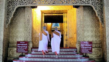 Monjas entrando en el zedi de Botataung.