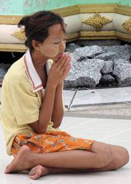 Joven orando.