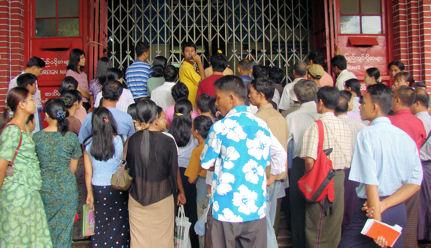 Rangunesas y ranguneses esperando ansiosos la apertura de la oficina de correos.