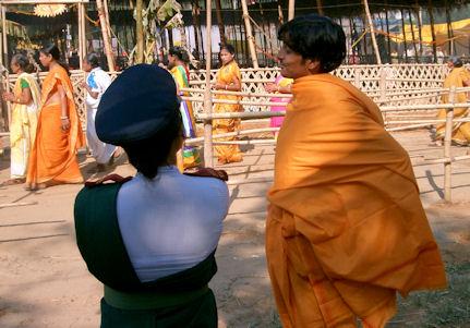 Brahmán y guardia coqueteando.
