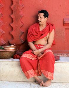 Brahmán de Tripura Sundari esperando que se hagan las 9:30.